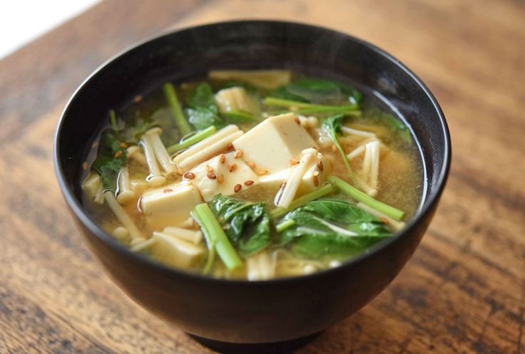 いちばん丁寧な和食レシピサイト、白ごはん.comの『モロヘイヤと豆腐の味噌汁の作り方』を紹介するレシピページです。ぬめりの出るモロヘイヤに、のどごしのよい絹ごし豆腐とえのき茸を合わせた夏らしい味噌汁です。モロヘイヤの下ごしらえも合わせて紹介しています。ぜひお試しください。