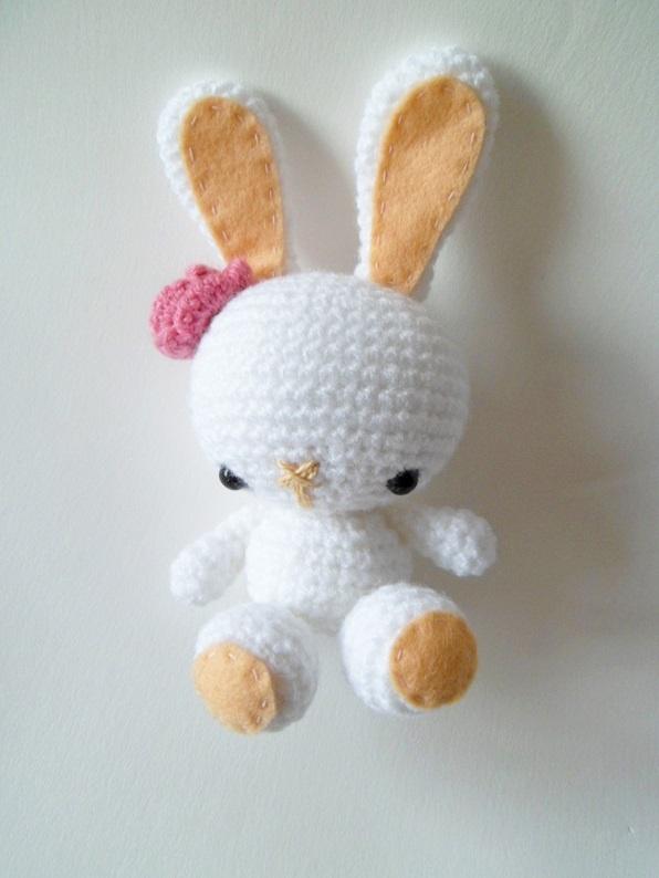 Conejito amigurumi. Patrón en http://amigurumies.blogspot.com