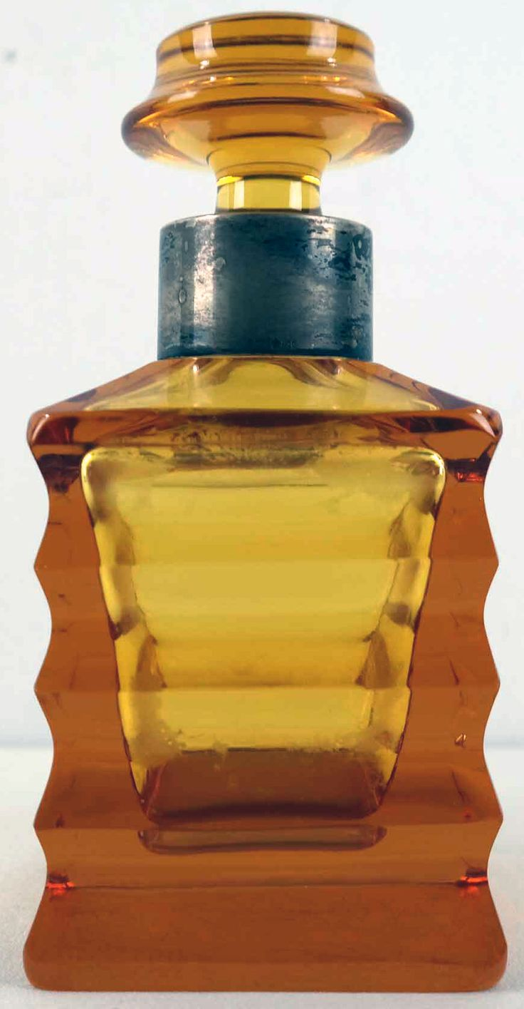 Oranje Art Deco fles van WMF met zilveren rand     Gemerkt met halve maan en keizerskroon. Gehalte 825. Hoogte ca 18 cm.