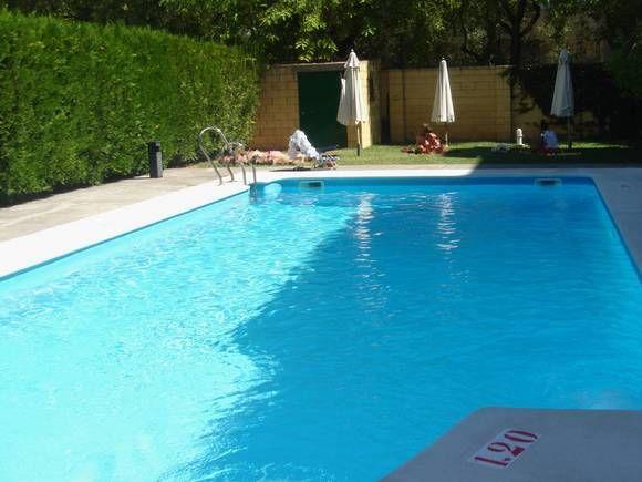 SEVILLA, SEVILLA. Alquiler apartamento que dispone de un dormitorio, baño, cocina y salón comedor con sofá cama. El apartamento es acogedor y tranquilo, ideal para el descanso. Situado en un bonito edificio ubicado en urbanización cerrada con piscina y garaje privado. Se encuentra cerca de todos los servicios necesarios y de ocio y a 1 hora en coche de #Córdoba y #Ronda. #IntercambioVacacional #IntercambioApartamento  #IntercambioApartamentoEnSevilla