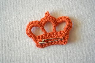 Crocheted Crown Brooch tutorial in pictures. Trés cute! Made one for m'y sister's birthday fromage Paton's Brilliant Gold Glow which has a metallic thread woven into the yarn.