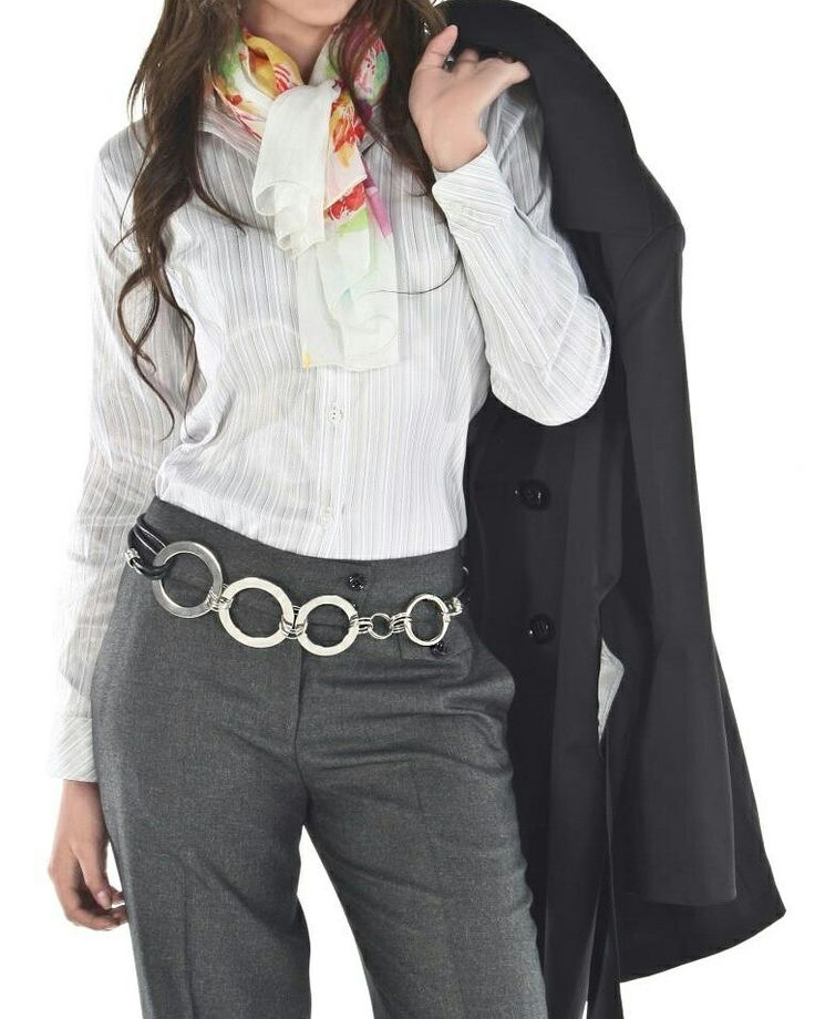 Hoy #outfits de Combinación de gris blanco, con un abrigo negro y una bonita pashmina  #felizmartes✌ #abrigos #vivelamodacongusto #juanvanegas