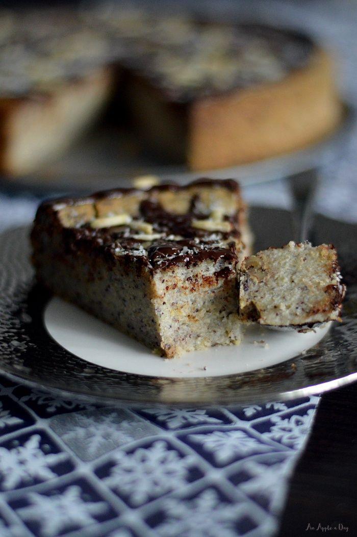 Pyszny świąteczny sernik jaglany aka 'jagielnik' z masą makową. Słodki za sprawą zdrowego ksylitolu, wykończony czekoladą, kokosem i migdałami. Palce lizać!
