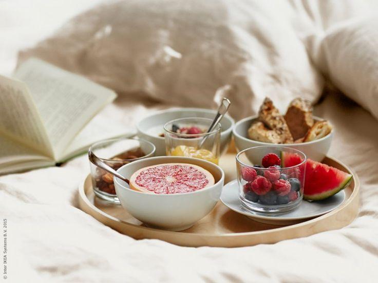 Vardagen är veckans viktigaste dag, en dag som är i ständig förändring. IKEA 365+ serie skål, rundad kant (Ø13cm), glas (18cl), glas (20cl), tallrik (Ø20cm).