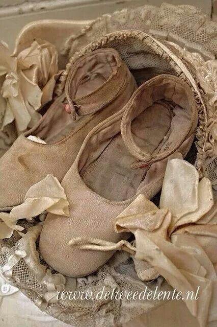 DE TWEEDE LENTE ..mijn schoentjes gekocht bij een van de leukste brocante webshops van nederland..de tweede lente