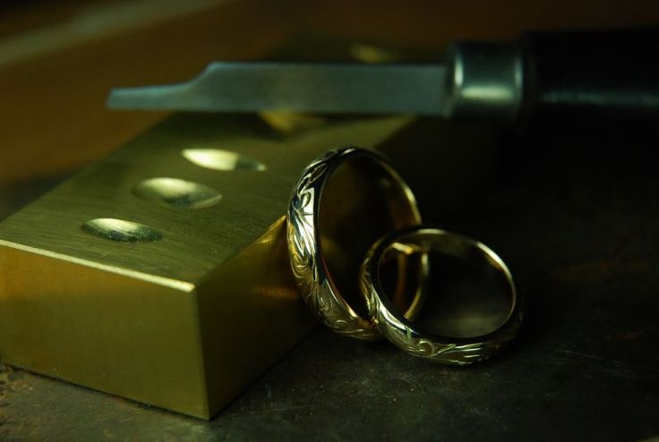 Wedding bands with floral handmade engraving in 14K yellow gold.