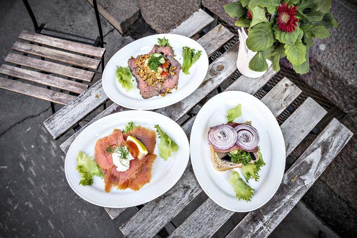 Jos serkkupoika Tanskanmaalta saapuu vieraaksesi Suomeen, vie hänet ihmeessä Töölöön, Cygnaeuksenkatu viitoseen. Harvassa helsinkiläisravintolassa saa yhtä antaumuksella tehtyä ruokaa. Tämän paikan takuuvarma tuote on smörrebröd – siis tanskalainen voileipä.