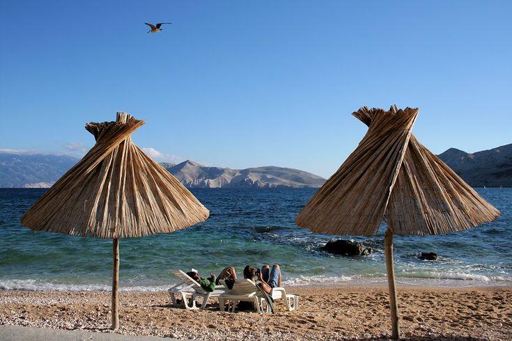 Sonnenanbeter am Strand der Insel Krk