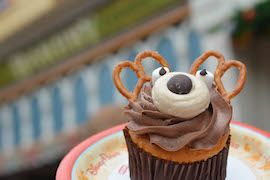 This adorable reindeer cupcake from Main Street Bakery is a peanut butter delight. Vanilla cake with peanut butter is topped with mocha and peanut butter frosting, it's almost too cute to eat! #MVMCP
