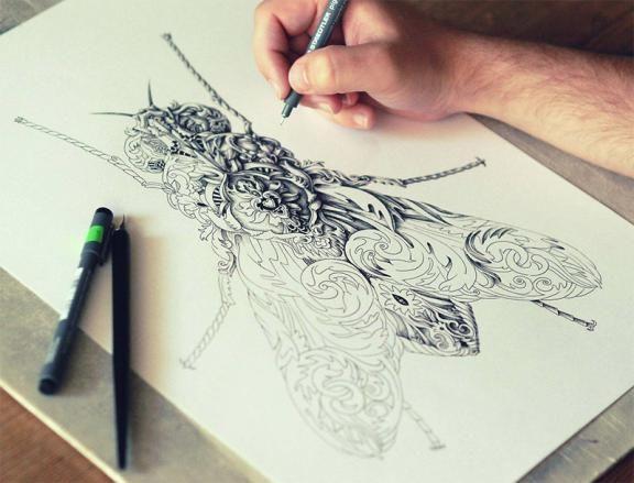 De Letse grafisch kunstenaar Alex Konahin is ons al vaker opgevallen door zijn stijl van tekenen met pen en Indische inkt. Dit keer heeft hij, met zijn kenmerkende en sierlijke motieven, een werk voltooid met de naam 'Little Wings'