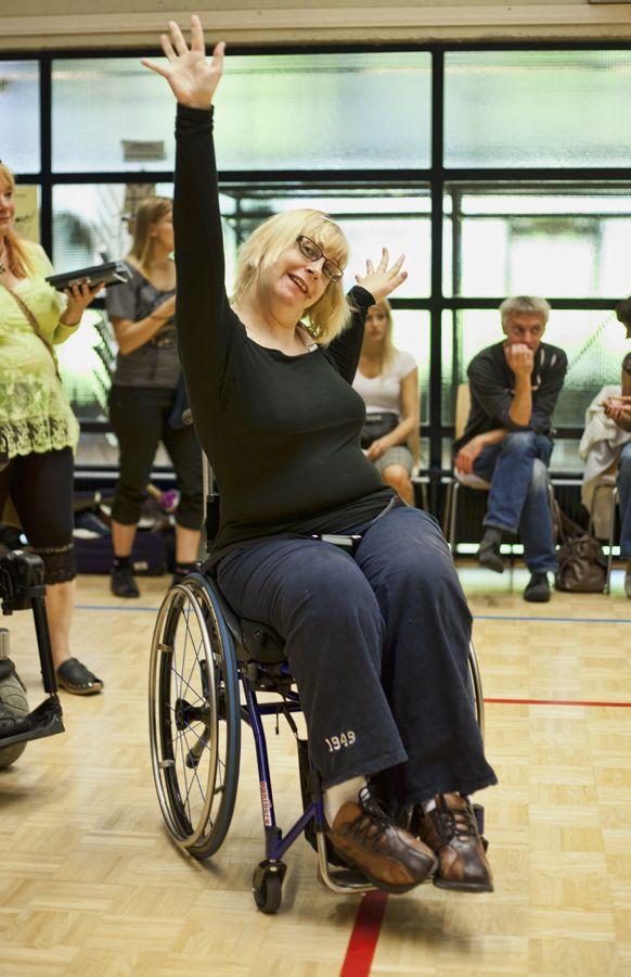 Pyörätuolin kanssa voi tanssia. Kuva: Ismo Helén