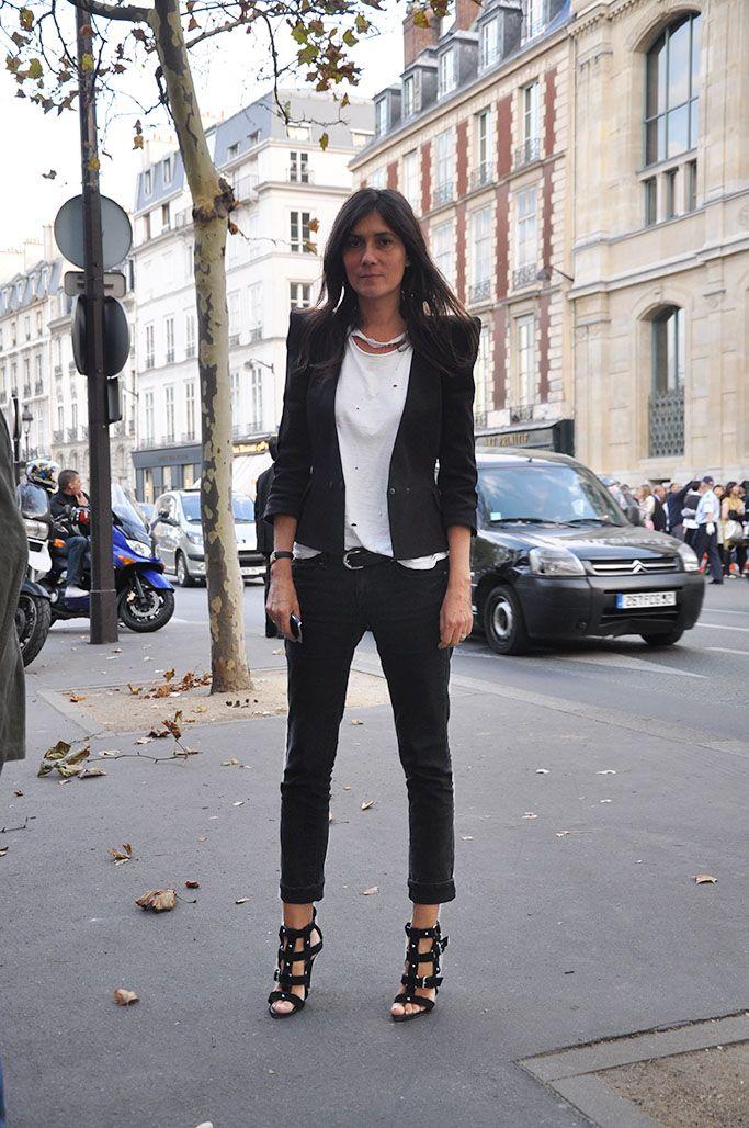 makes it look so easy. #EmmanuelleAlt throwing some Parisian cool around in her hometown.