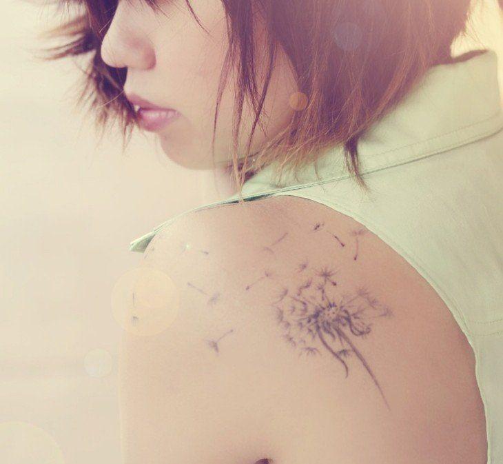 tatouage sur l'épaule pour femme: dent-de-lion tendre