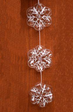 Schneeflocken aus Plastikflaschen basteln