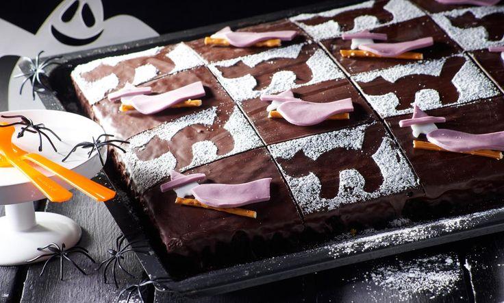 Dunkler Hexen-Kuchen vom Blech Rezept: Schokoladiger Blechkuchen mit Hexen-Optik - Eins von 7.000 leckeren, gelingsicheren Rezepten von Dr. Oetker!