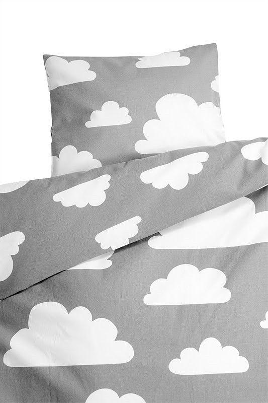Vauvan pussilakanasetti, vauvan lakanat, Färg & Form, Moln, Harmaa. Tilaa suloiset harmaa- valkoiset pilvikuvioiset lakanat vauvalle pinnasänkyyn helposti verkkokaupastamme www.vauvapesa.fi!