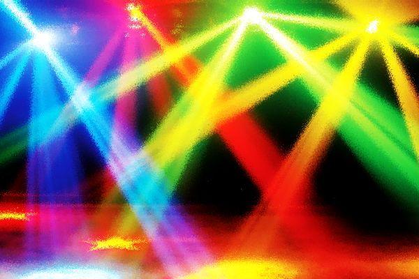 Kunstlicht, Bij kunstlicht moet men denken aan licht dat ontstaat door het omzetten van (elektrische) energie in zichtbaar licht (bijv. een gloeilamp).