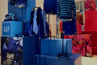 Gap Clothing Display: Credit Siemond Chan