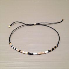 Bracelet soie perlée de minuscules délicat bracelet superposition Bracelet est fait dun Miyuki Delica perles et fil de soie. Ce bracelet fait main