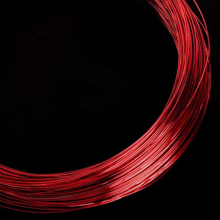 Hilo de aluminio rojo - El hilo de aluminio de diversos colores y grosores como los que ofrecemos aquí son idóneos para manualidades de todo tipo, joyería, bisutería e incluso para crear las estructuras de las esculturas. #MWMaterialsWorld #red #rojo #hiloaluminio  #manualidades #bricolaje #decoracion