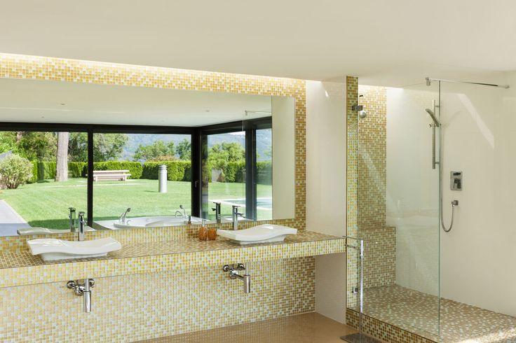 25 beste idee n over witte tegels in de badkamers op pinterest witte tegelvloeren badkamers - Badkamer keramische foto ...