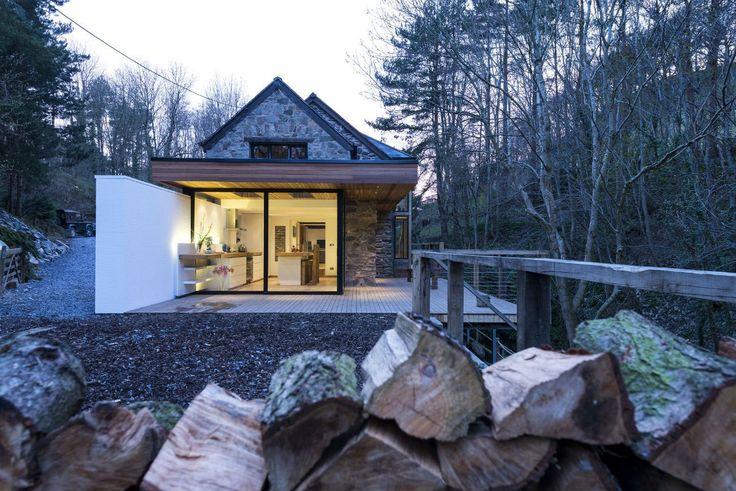 Kuchyňská linka plynule navazuje na svou interiérovou část i venku na terase.
