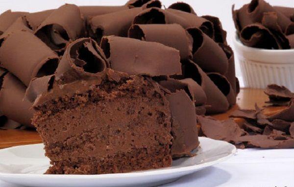 """Quem nunca se perguntou como são feitas aquelas raspas de chocolate lindas que decoram bolos e tortas? Pode parecer difícil ou """"coisa de profissional"""", mas"""