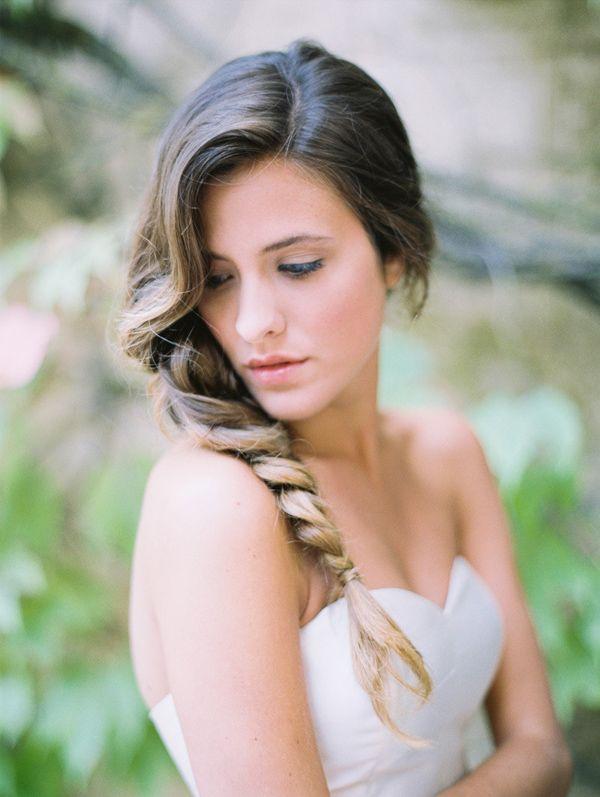 Novia romántica y sofisticada con maquillaje natural y trenza espiga {Foto, Diez & Bordons / Maquillaje, Alba Colorus / Peluquería, Raquel Coronado} #maquillajenovia #bridemakeup #hairstyle #weddinghair #tendenciasdebodas