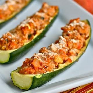 Barquinhos de abobrinha refogada com cebolas, alho, cogumelos e tomates, acrescida de quinoa e queijo ralado. Assar antes a abobrinha com sal e azeite.