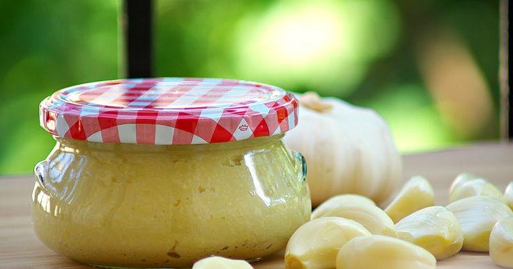 A fokhagyma minden formájában - így a most bemutatott házi fokhagymakrémként is - az egyik legegészségesebb fűszernövény a világon. Nem hiá...