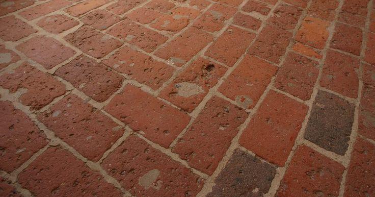Como rejuntar uma calçada de tijolos. Como regra geral, todas as instalações de tijolo são instaladas de tal maneira que eles são rejuntados depois que os tijolos foram fixados na argamassa, similar a do piso de cerâmica. Embora os métodos de cimentação sejam diferentes do que os utilizados para pisos, os princípios básicos ainda se aplicam. Calçadas são rejuntadas do mesmo modo que ...