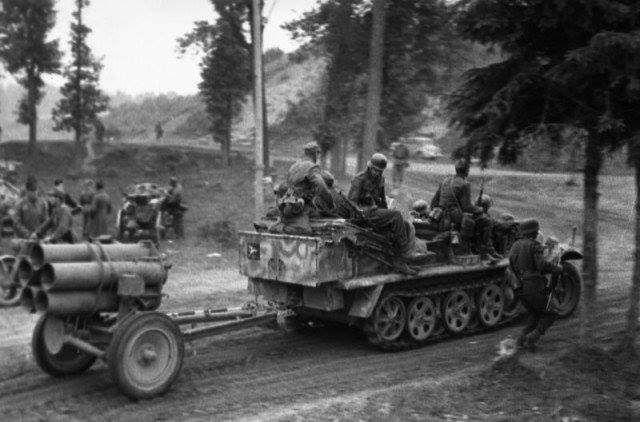 Sd.Kfz. 10 transportando un Nebelwerfer 42 durante la retirada de Orsha (Bielorrusia). julio 1944. #WWII #Bagration #SegundaGuerraMundial #URSS http://kappostorias.blogspot.com.es/2015/10/la-segunda-guerra-mundial-v-fase-3-las.html