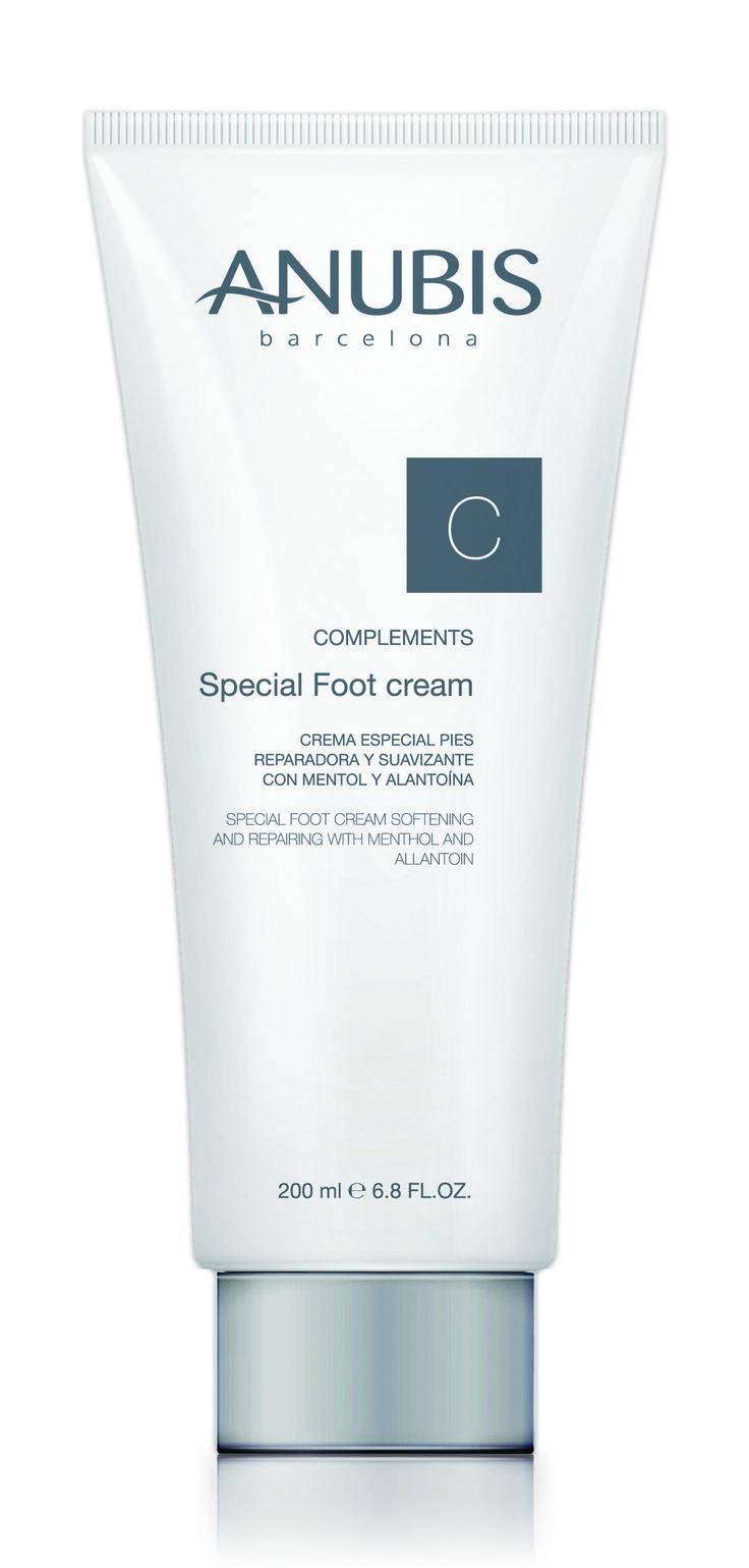 SPECIAL FEET CREAM 200 ml (profesional) Crema especial de pies reparadora y calmante Crema refrescante, calmante y tonificante. Mejora la circulación y alivia los pies cansados. Promueve los procesos de regeneración de la piel e hidrata de forma instantánea.
