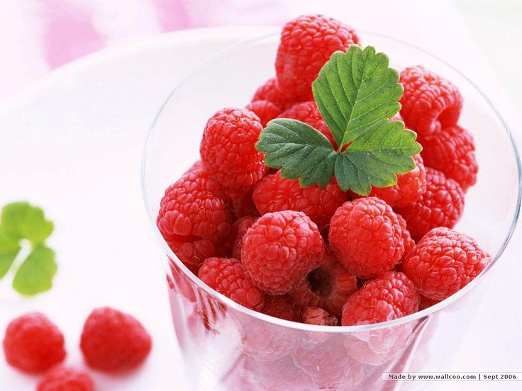 Ahududu Yaprağı, Meyvesi Kadar Yararlı!    Ahududu bitkisinin yararları gün geçtikçe karşımıza çıkmaya devam ediyor. Kökünden yaprağına, bitkisinden meyvesine her şeyinin ayrı bir faydası var.    Birçok Avrupa ülkesinde ve ülkemizde bol miktarda yetişen ahududu, oldukça faydalı bir meyve… Ahududu yaprağı da en az meyvesi kadar faydalı…