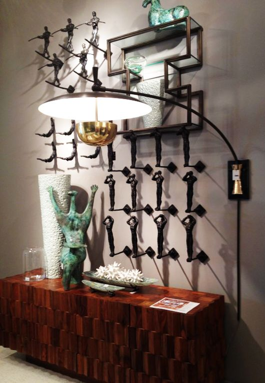 dekoideen-wohnzimmer-und-moderne-wandgestaltung-mit-wandregal-und-3D-wanddeko-aus-metall