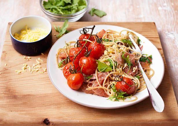 Vraag jij je nog af wat je vanavond gaat eten? Misschien is de spaghetti met serranoham en romatrostomaatjes uit de oven dan wel iets voor jou! Bekijk hier het snelle recept als je de HelloFresh Box niet hebt: http://bit.ly/ZtYOJ7