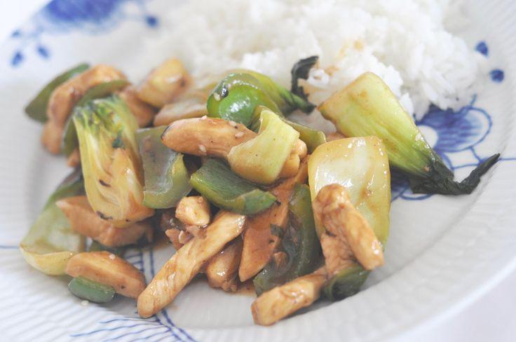 Det har blivit en del asiatisk mat på bloggen på sistone. Men det är ju så gott och går väldigt snabbt att laga - bra snabbmat, helt enkelt. Denna gången blev det kyckling i hoisinsås med pak choi…