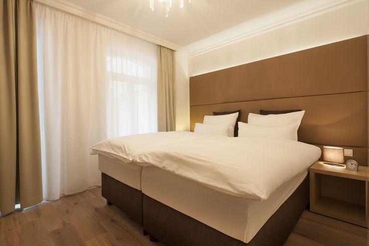 Drei Schlafzimmer jeweils mit Doppel-Boxspringbetten der 5-Sterne-Kategorie bieten Platz für bis zu 6 Personen. http://norderney-ferienwohnung.eu/fewo-villa-vie-2/