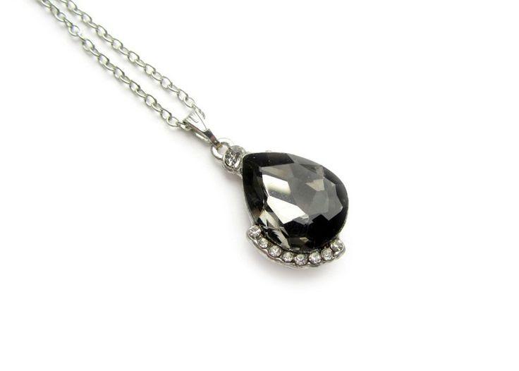 Mooie gold filled ketting met black diamond kristallen druppel hanger en strass steentjes.