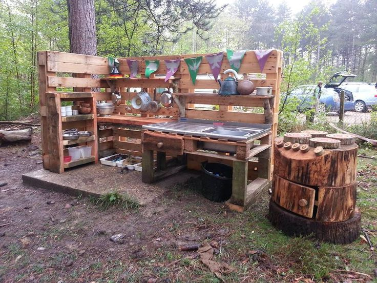Kids outdoor play kitchen Pallets, recycled sink, hollowed out stump! Ready to make mud pies!