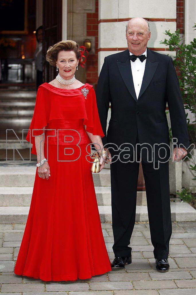 LONDON, England 20110428. Kong Harald og dronning Sonja forlater den norske ambassaden i Green House for å delta under mottakelsen i London i forbindelse med bryllupet mellom prins William og Kate Middleton. Foto: Lise Åserud / Scanpix