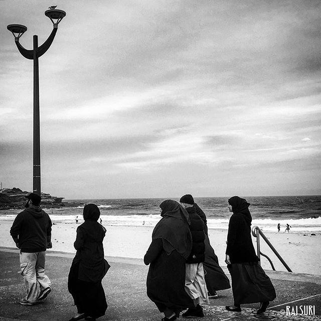 .. weekend side walk on Sunday at #Maroubra #Beach, Sydney, Australia 🇦🇺   8 January 2017    #documentary #bw #photojournalism #streetphotography #society #people #culture #humanity #film #reportage #story #Australiantoo #photooftheday #rajsuri #lensculture #everydayaustralia #headonphotofestival #multiculturalism #migrantcountry  #Sydney #travel #muslim