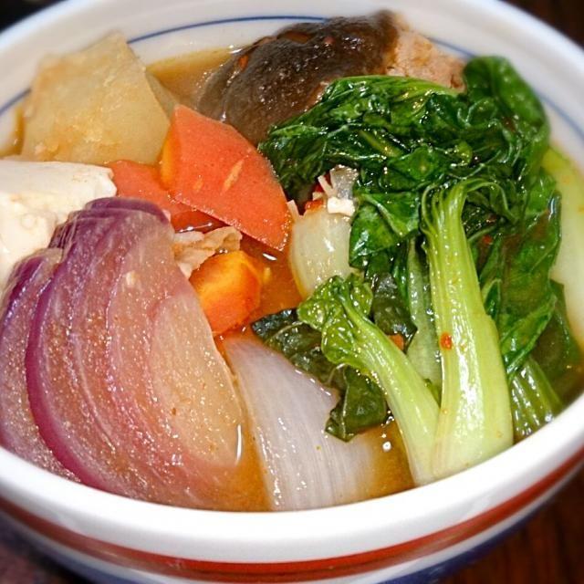 色んな野菜が食べたくて。 タアサイ、赤玉ねぎ、白玉ねぎ、じゃがいも、人参、椎茸、えのき、白菜、豆腐、豚肉入り - 8件のもぐもぐ - 具沢山キムチ鍋 by spring1111