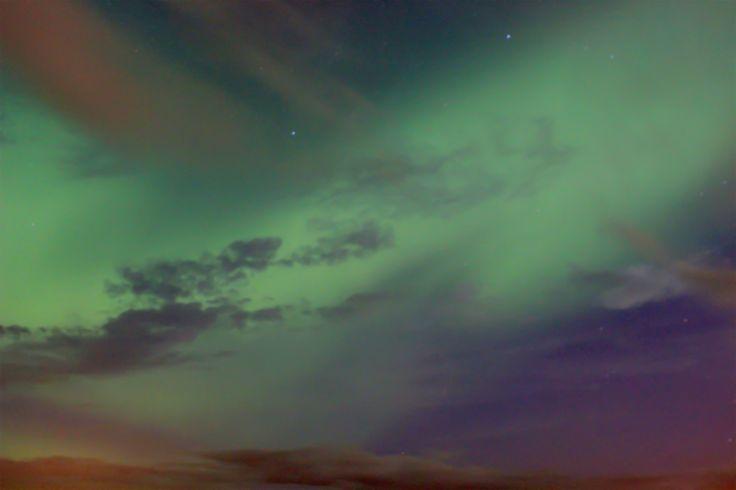 Aurora danzando entre las nubes. Yellowknife, Northwest Territories, Canada