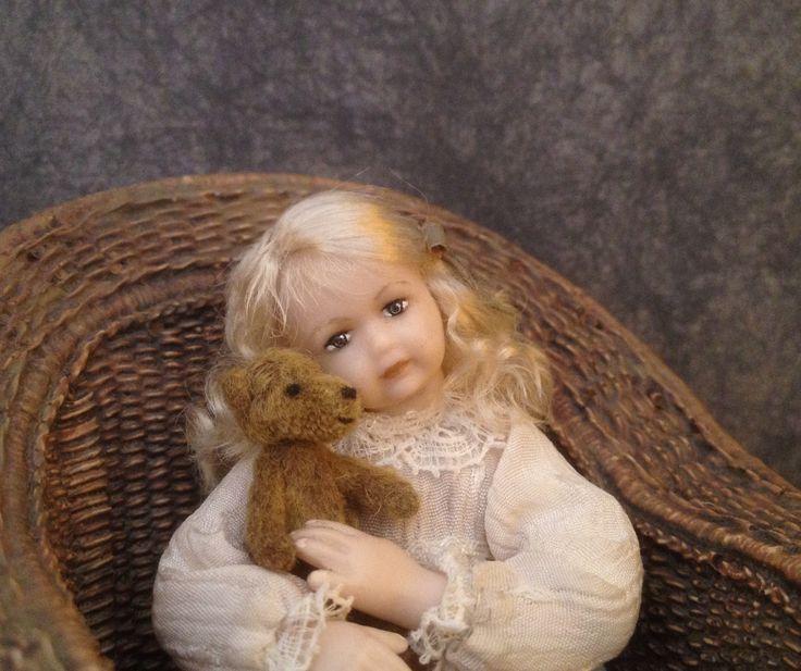 1:12 poppenhuis popje.  Dollhouse doll with teddy bear.