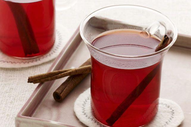 Cannelle, clou de girofle et muscade apportent une note épicée à cette boisson d'hiver, tandis que quelques sachets de préparation CRISTAL LÉGER lui donnent un goût fruité. Savourez-la en bonne compagnie!