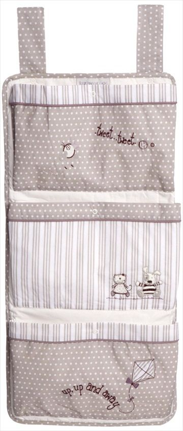 Nydelig oppbevaring som kan knyttes til sprinkelseng/barneseng. Fra den designer britiske babyprodukter merkevarer, IZZIWOTNOT. 'Get the look' med matchende varer fra samme serien. Kr 279