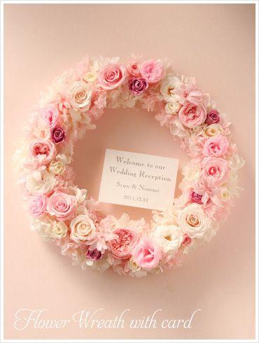 白と淡いピンクのバラとアジサイだけでまとめた、上品なプリザーブドフラワーのウエルカムリース。