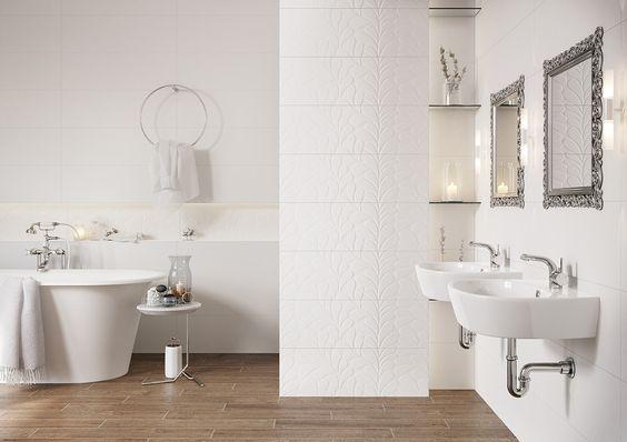 Biel płytek ściennych i drewnopodobne płytki na podłodze w łazience