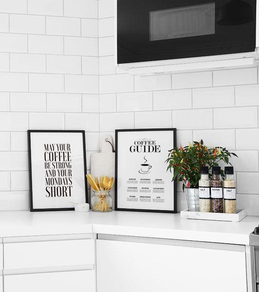 Snygg inredning till kök. Svartvit inredningsstil i köket. Coffee posters i svarta ramar.